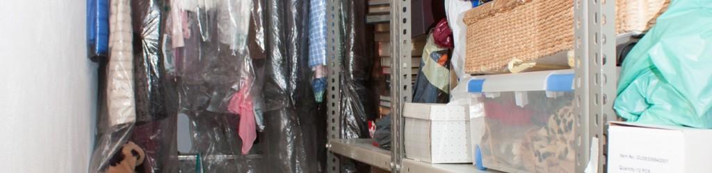 estanterías sobre pared de ladrillo en los trasteros